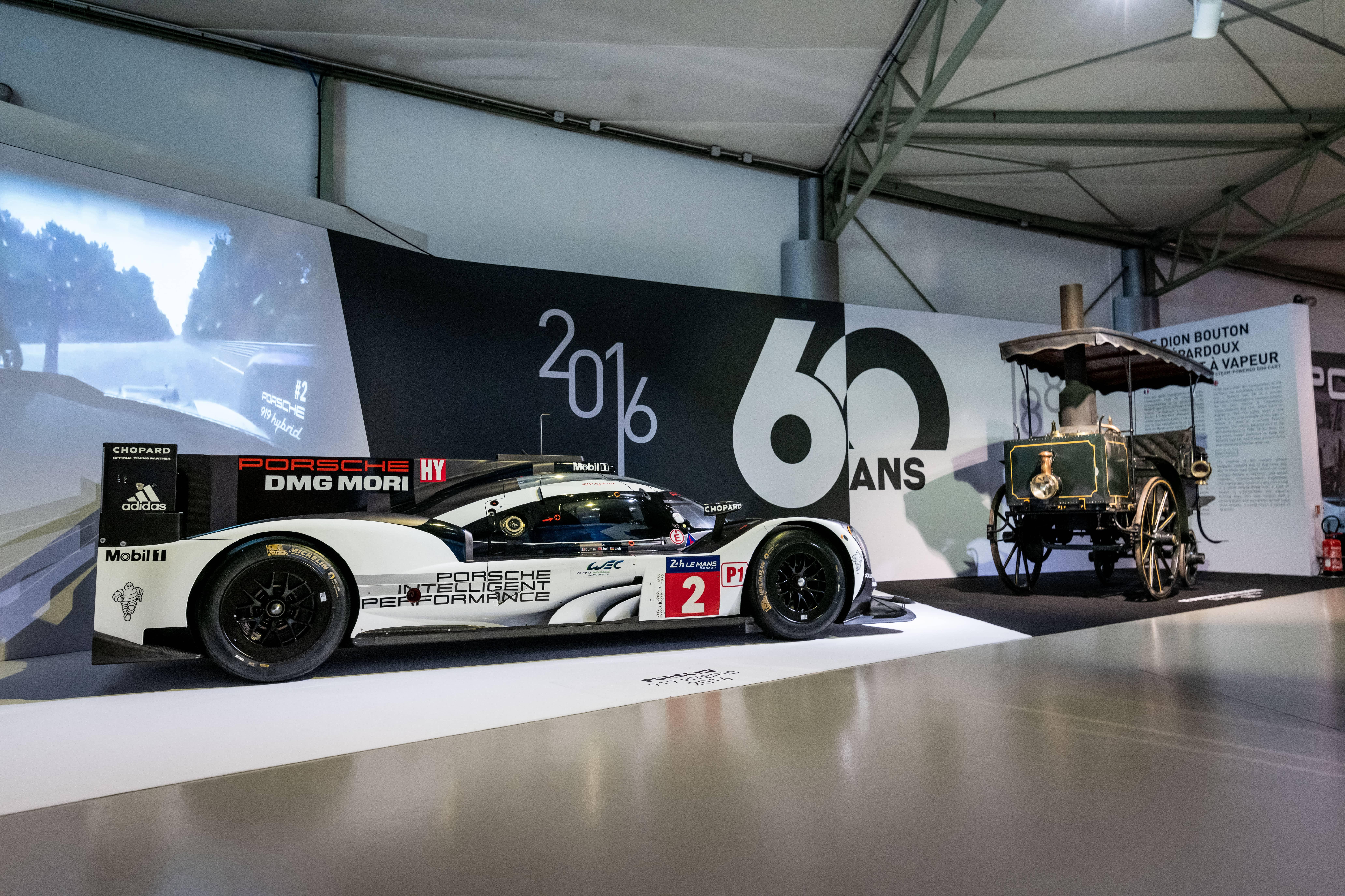 La Porsche 919 Hybrid et le Cart De Dion, le modèle le plus récent et le modèle le plus ancien du Musée des 24 Heures du Mans